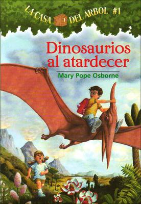 Dinosaurios Al Atardecer (Dinosaurs Before Dark) (Magic Tree House #1) Cover Image