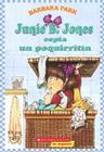 Junie B. Jones espia un poquirritin: (Spanish language edition of Junie B. Jones and Some Sneaky Peeky Spying) Cover Image