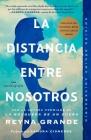 La Distancia Entre Nosotros (Atria Espanol) Cover Image