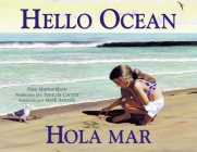 Hola mar (Charlesbridge Bilingual Books) Cover Image